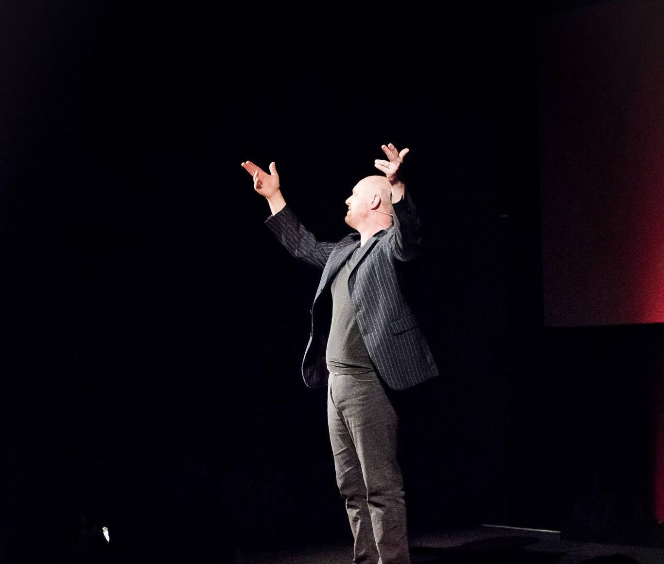 """Sur scène durant sa conférence """"Faites de vos projets des chefs-d'oeuvre"""""""